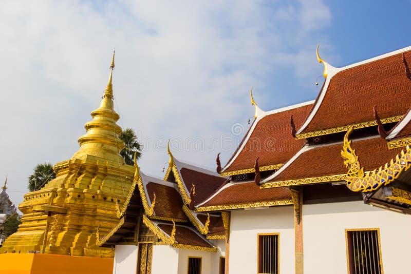 Pagoda d'or à la lanière de Wat Phra That Sri Chom photos stock