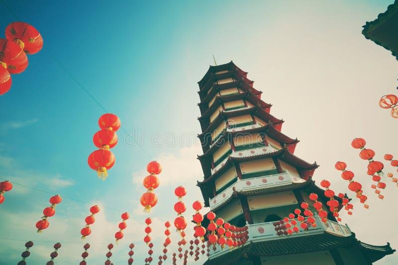Pagoda d'annata e retro di stile e lanterne cinesi del nuovo anno immagine stock libera da diritti