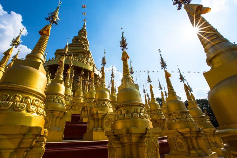 Pagoda d'or au temple de watpasawangboon, province de Saraburi, Thaïlande image libre de droits