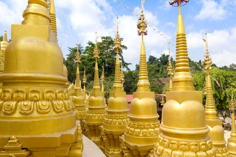 Pagoda d'or au temple de watpasawangboon, province de Saraburi, Tha?lande images libres de droits