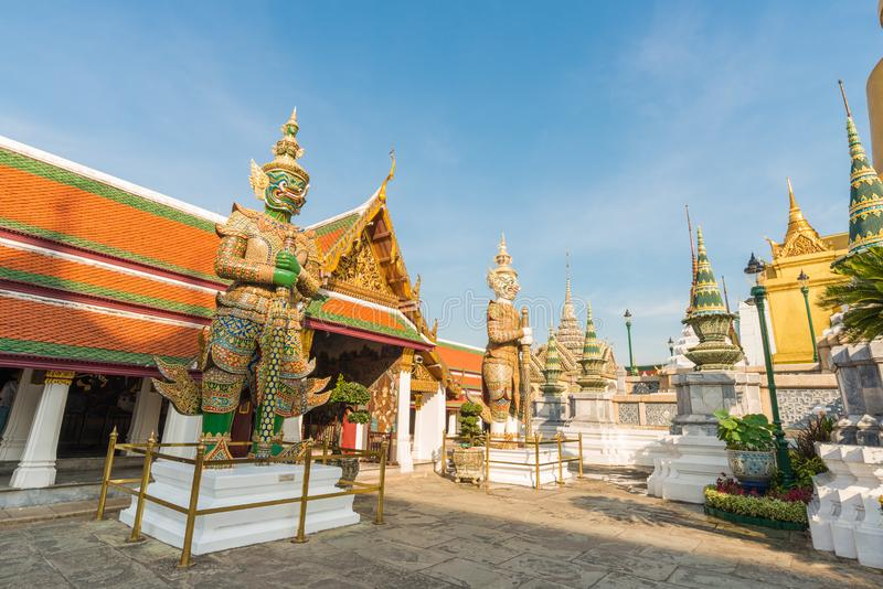 Pagoda d'or avec la statue géante au temple grand royal de palais photographie stock