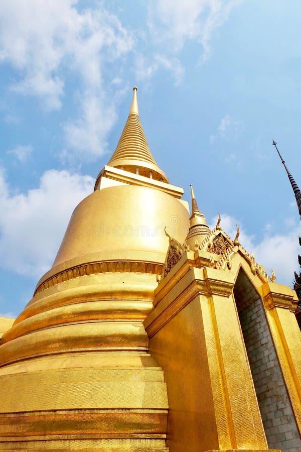 Pagoda d'or chez Wat Phra Kaew à Bangkok, Thaïlande photo stock
