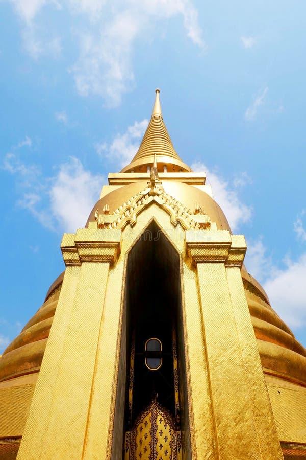 Pagoda d'or chez Wat Phra Kaew à Bangkok, Thaïlande image libre de droits