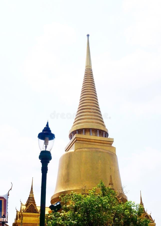 Pagoda d'or chez Wat Phra Kaew à Bangkok, Thaïlande photos libres de droits