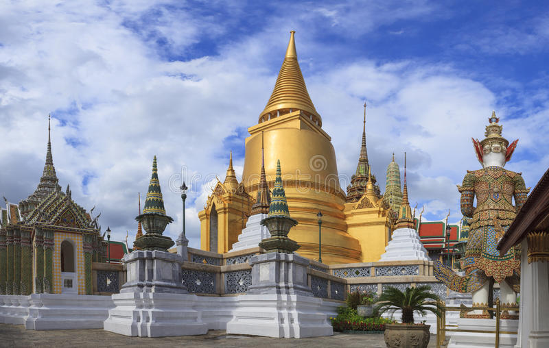 Pagoda d'or dans le palais grand Bangkok Thaïlande photographie stock libre de droits