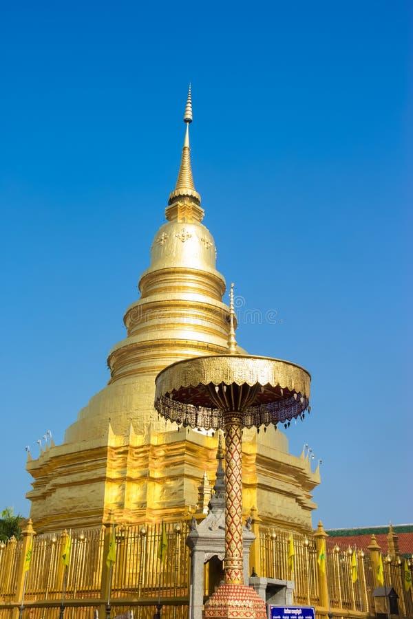 Pagoda d'or dans Phra ce temple de Hariphunchai images libres de droits