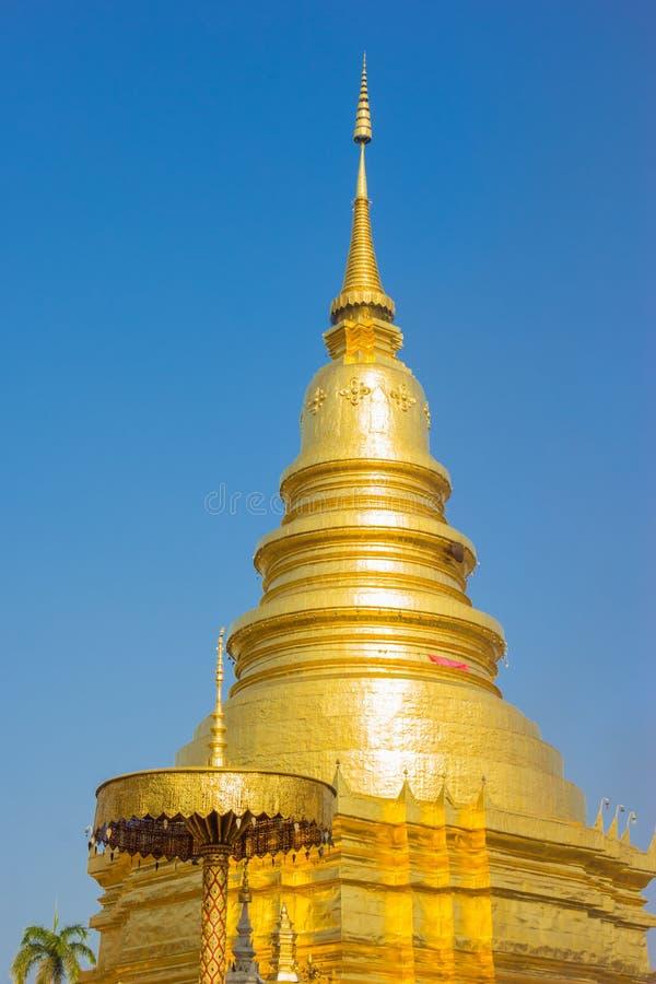 Pagoda d'or dans Phra ce temple de Hariphunchai photo stock