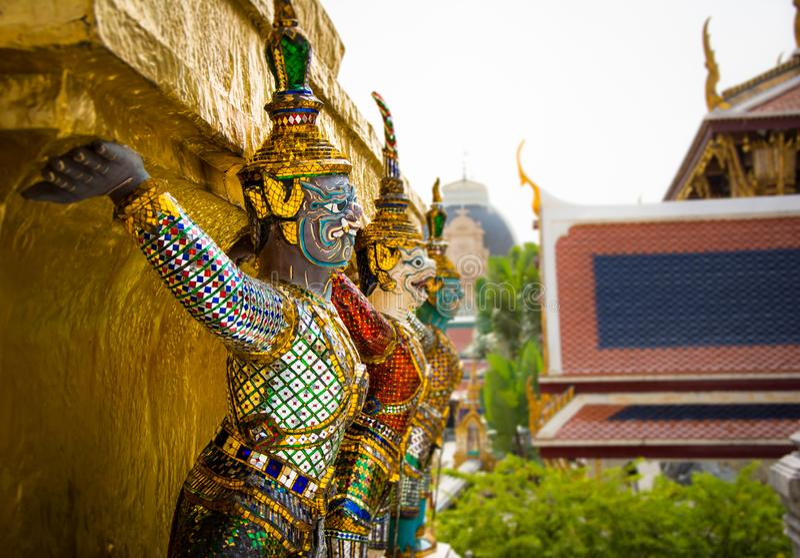 Pagoda d'or de gardien de démon chez Wat Phra Kaew Grand Palace à Bangkok photo libre de droits