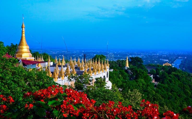 pagoda d'or de Mandalay myanmar de côte images stock