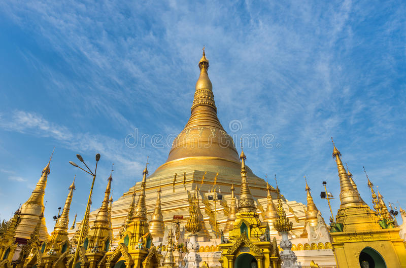 Pagoda d'or de Shwedagon sur le fond de ciel bleu photos stock