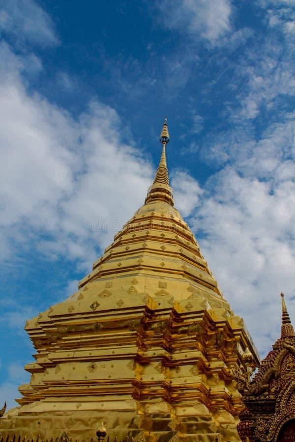 Pagoda d'or de temple bouddhiste de Doi Suthep en Thaïlande image stock