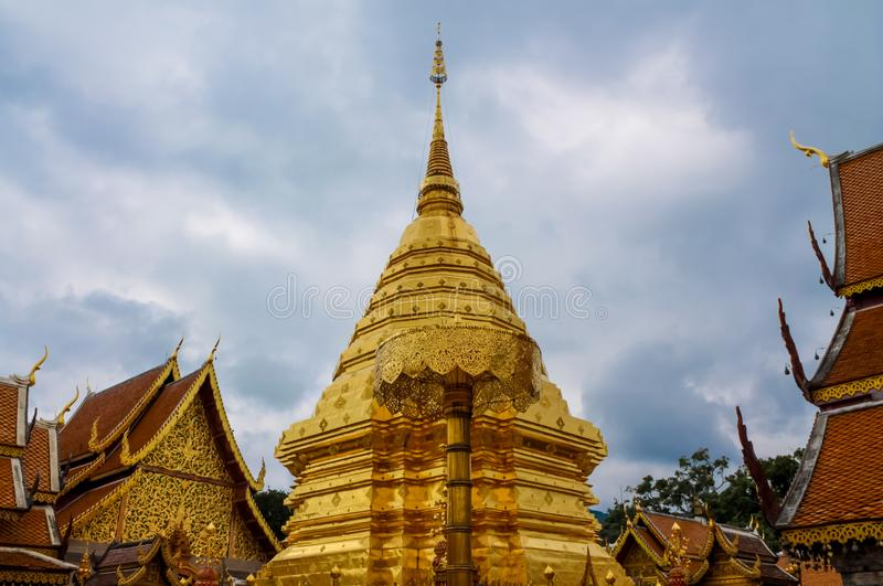 Pagoda d'or de temple bouddhiste de Doi Suthep en Thaïlande images stock