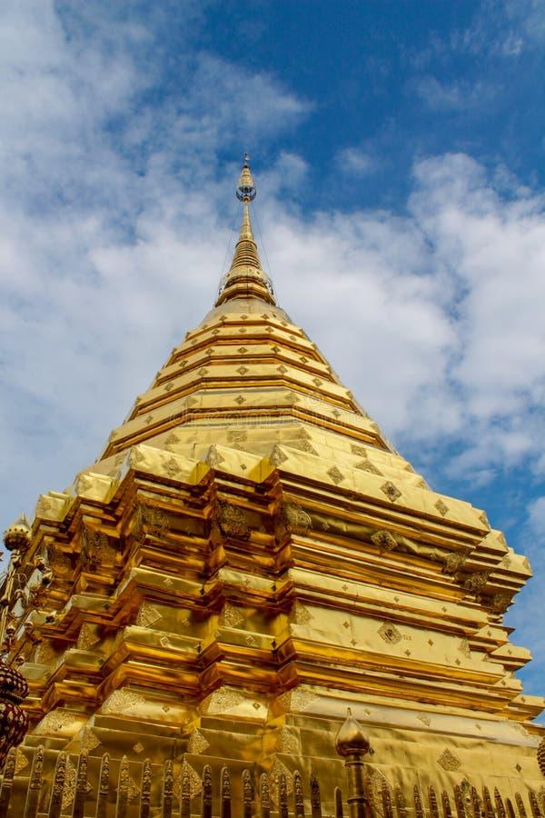 Pagoda d'or de temple bouddhiste de Doi Suthep en Thaïlande photo libre de droits