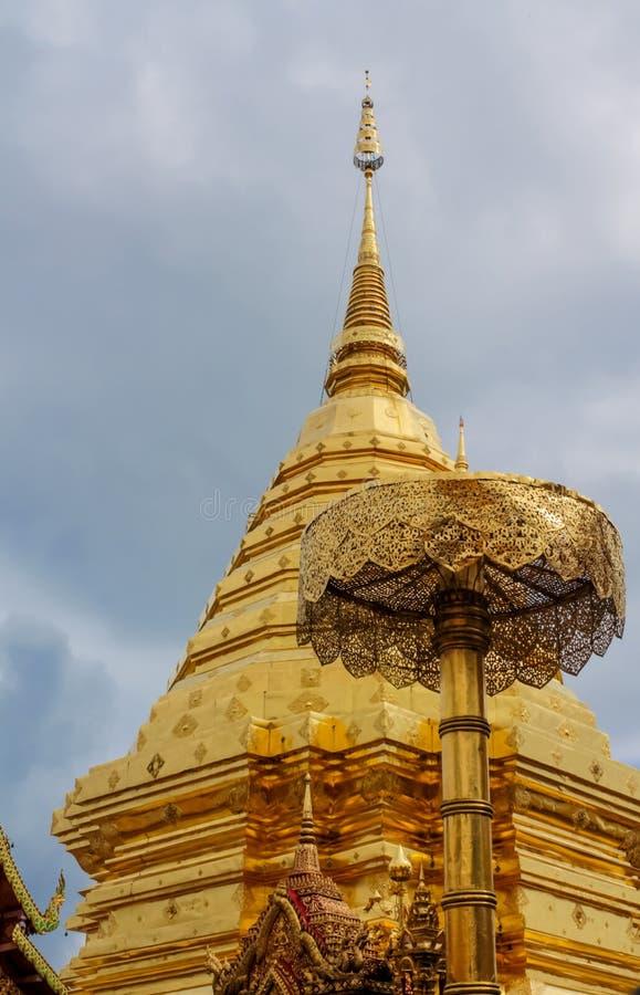 Pagoda d'or de temple bouddhiste de Doi Suthep en Thaïlande image libre de droits