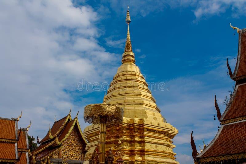 Pagoda d'or de temple bouddhiste de Doi Suthep en Thaïlande photos libres de droits