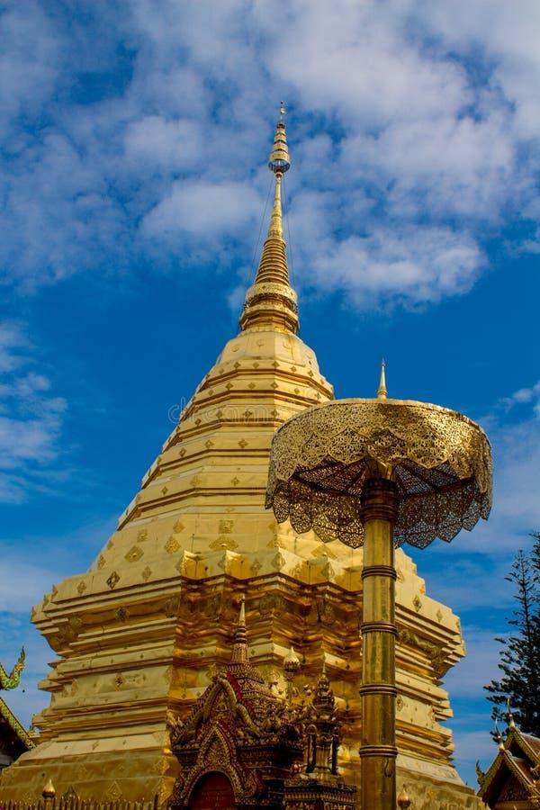 Pagoda d'or de temple bouddhiste de Doi Suthep en Thaïlande photographie stock