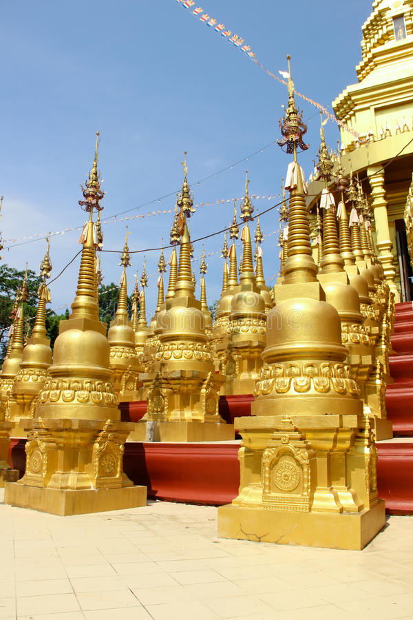 Pagoda d'or en Wat Pasawangboon, province de Saraburi, Thaïlande image stock