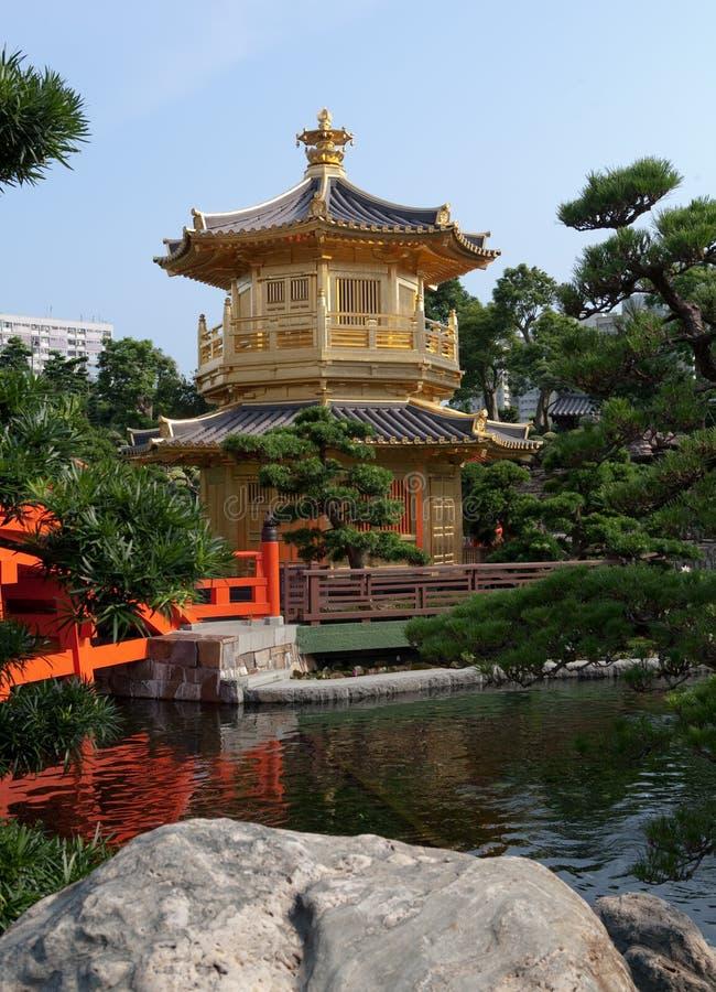 Pagoda d'or entourée par Water photographie stock libre de droits