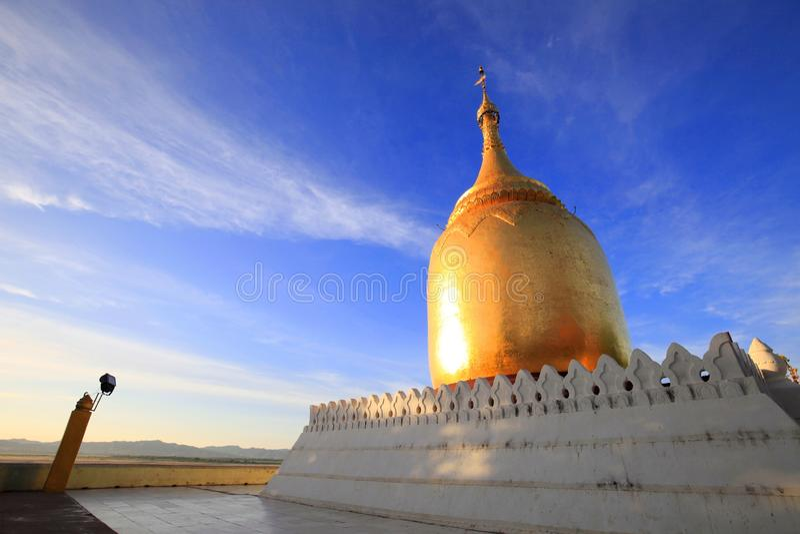 Pagoda de Bupaya le meilleur point de coucher du soleil de vue de rivière de Bagan, Myanmar images libres de droits