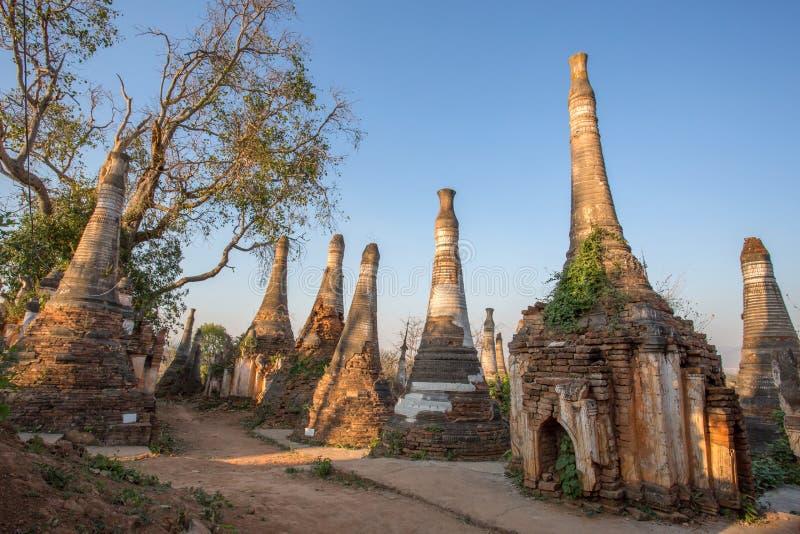 Pagoda de dain d'auberge de shwe de village photo stock