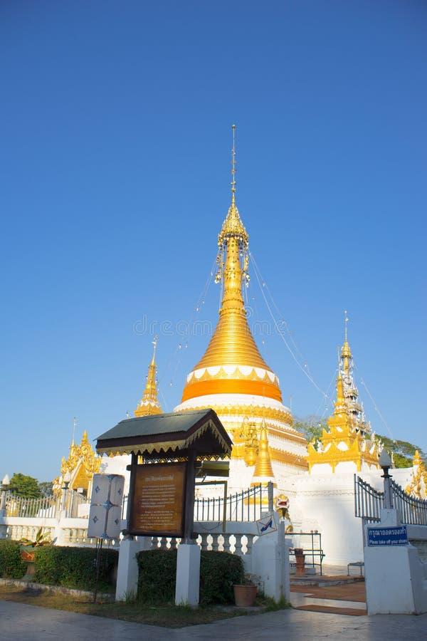 Pagoda de Goden avec le ciel bleu, chong Klang Thaïlande de Wat photos libres de droits