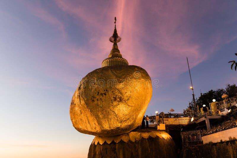 Pagoda de Kyaikhtiyo ou de Kyaiktiyo, roche d'or, Myanmar avec des pèlerins pendant le coucher du soleil image libre de droits