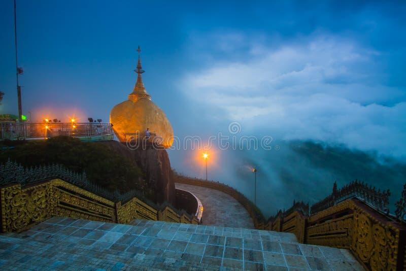 Pagoda de Kyaiktiyo la roche d'or dedans dans l'état de lundi, Myanmar photo stock