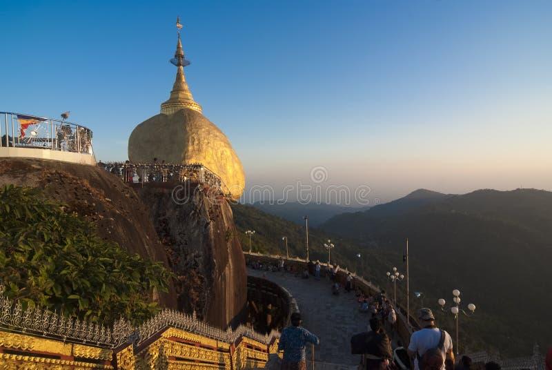 Pagoda de Kyaiktiyo ou pagoda d'or de roche images stock
