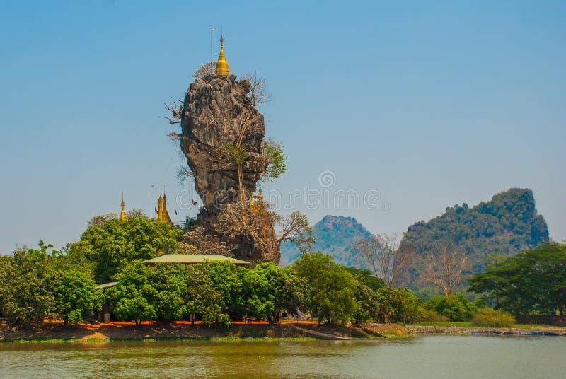 Pagoda de Kyauk Kalat Mawlamyine, Hha-an myanmar burma De petites pagodas ont été érigées sur une roche raide photos libres de droits