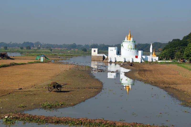 Pagoda de la ciudadela en el lago Taungthaman, Amarapura, Mandalay, Myanmar imágenes de archivo libres de regalías