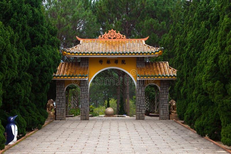 Pagoda de la puerta al monasterio Dalat Vietnam fotografía de archivo libre de regalías