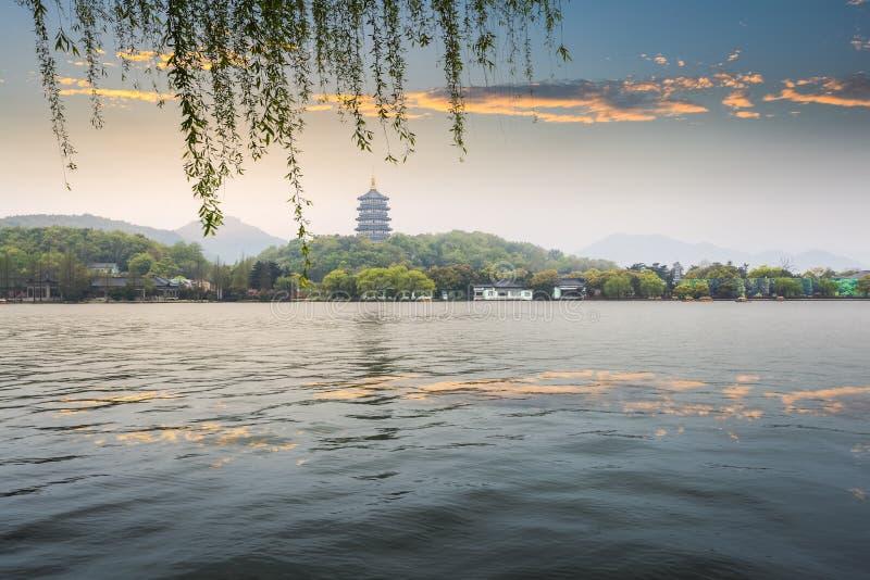 Pagoda de Leifeng dans la lueur de soirée images stock