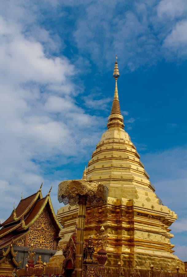 Pagoda de oro del templo budista de Doi Suthep en Tailandia imagen de archivo libre de regalías
