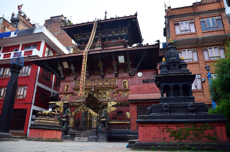 Pagoda de oro del templo o de Hiranya Varna Mahavihar adentro foto de archivo libre de regalías