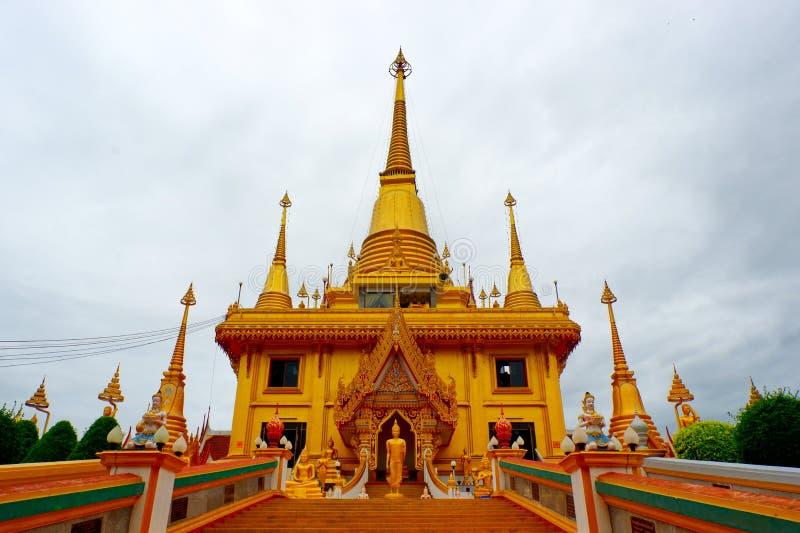 Pagoda de oro en el templo fotos de archivo