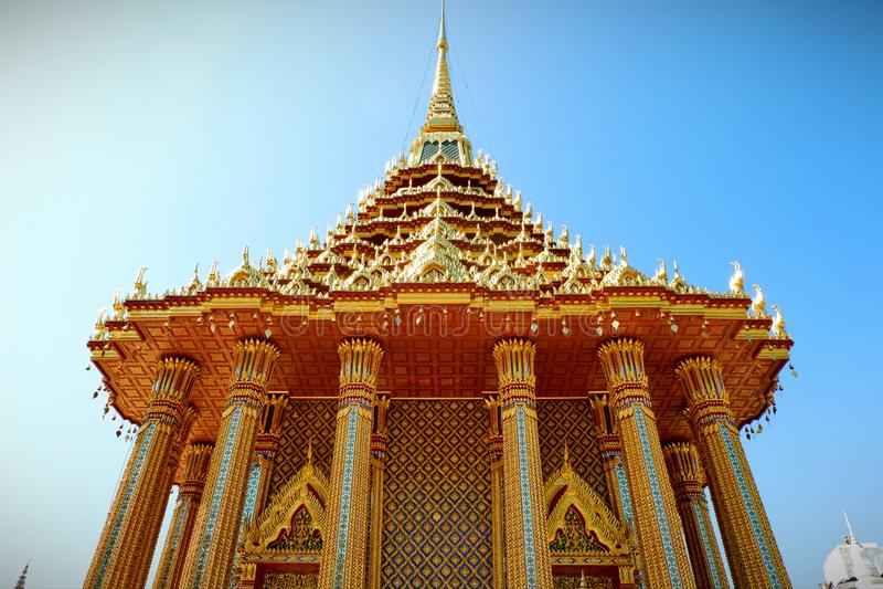 Pagoda de oro en el templo foto de archivo