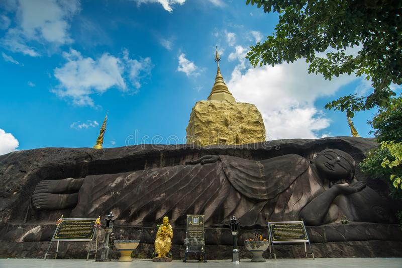 Pagoda de oro en los pae dan, Sakon Nakhon, Tailandia de Wat Tham fotografía de archivo