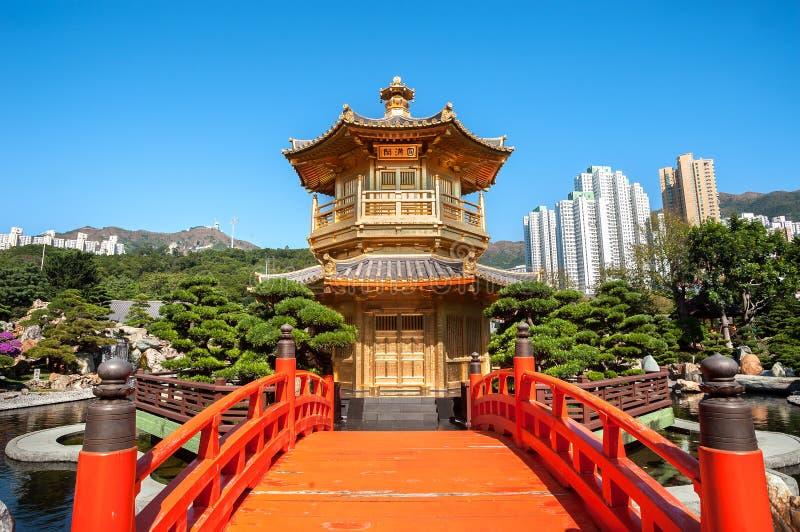 Pagoda de oro en Nan Lian Garden, Diamond Hill, Hong Kong imagenes de archivo