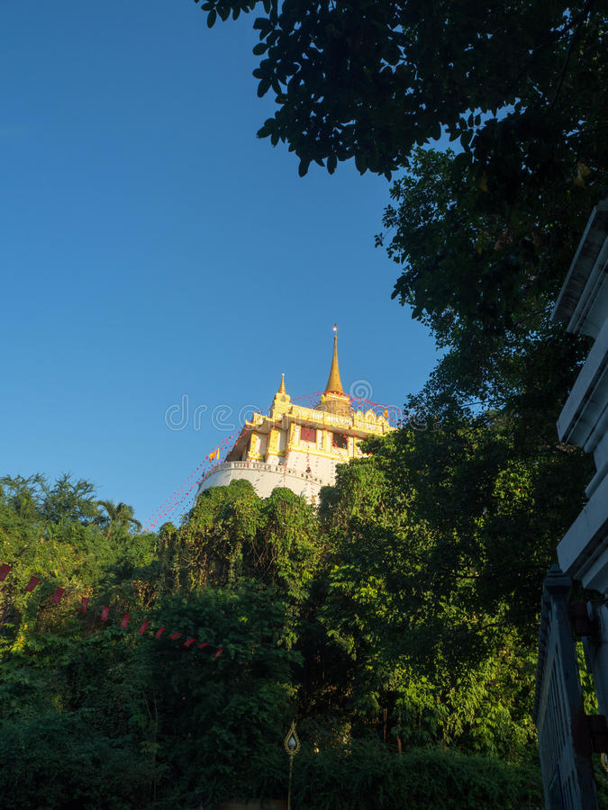 Pagoda de oro en un templo budista imagen de archivo libre de regalías