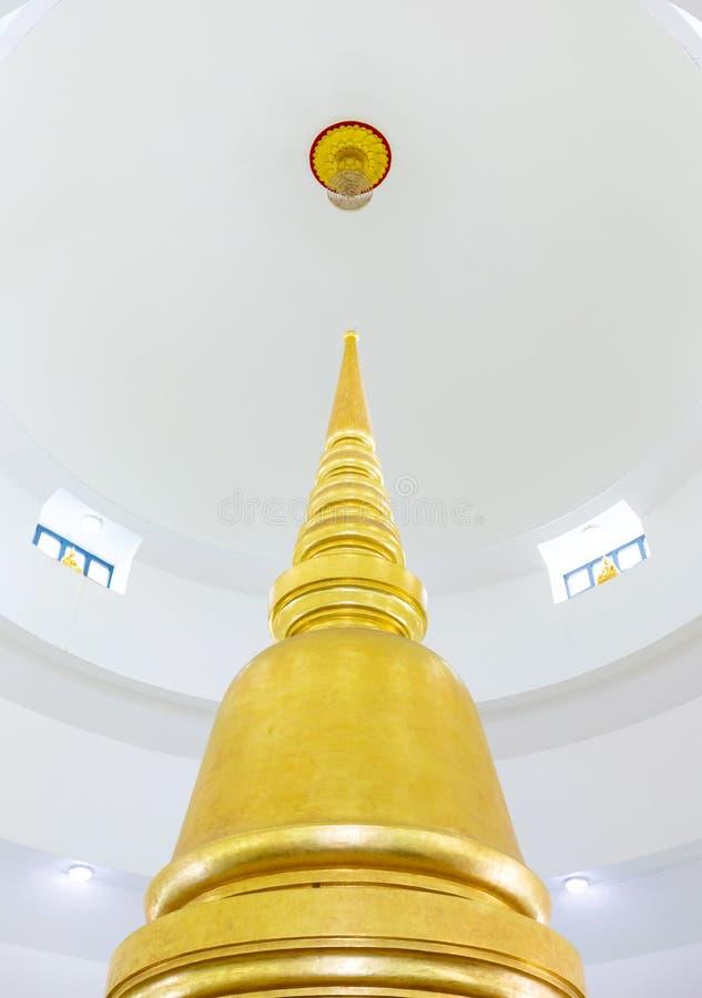 Pagoda de oro en Wat Phra Si Mahathat Woramahawihan en Tailandia fotos de archivo