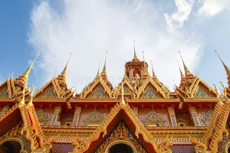 Pagoda de oro en Wat Tha Sung en Uthai Thani, Tailandia imágenes de archivo libres de regalías