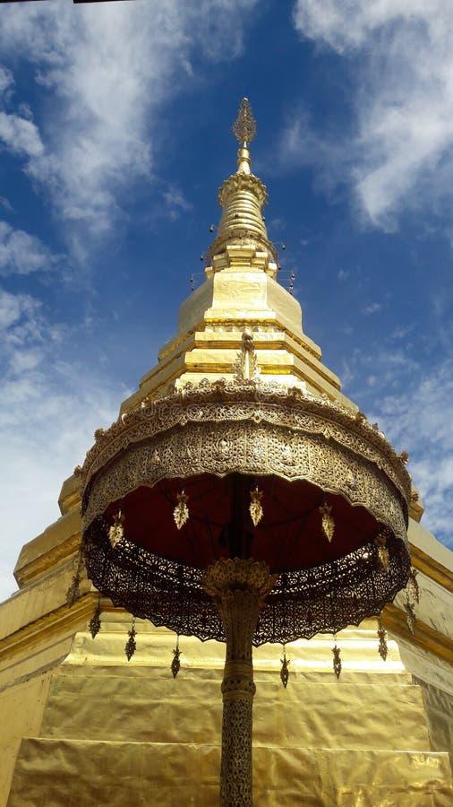 Pagoda de oro y ambrella de oro en Tailandia WatPradhatchohar imagenes de archivo