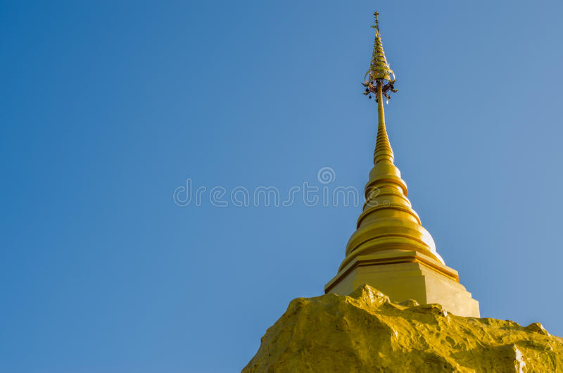 Pagoda de Phadan sur la roche mountian et d'or, Sakonnakorn Thaïlande photo stock