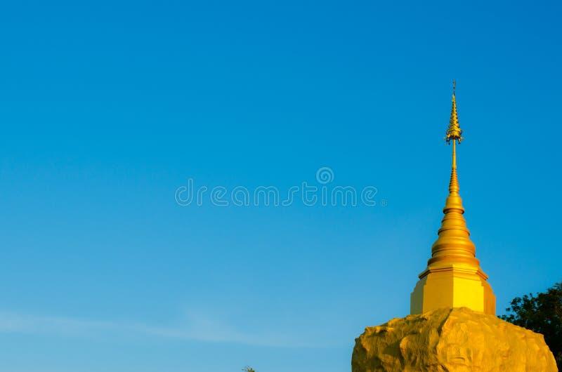 Pagoda de Phadan sur la roche mountian et d'or, Sakonnakorn Thaïlande images stock
