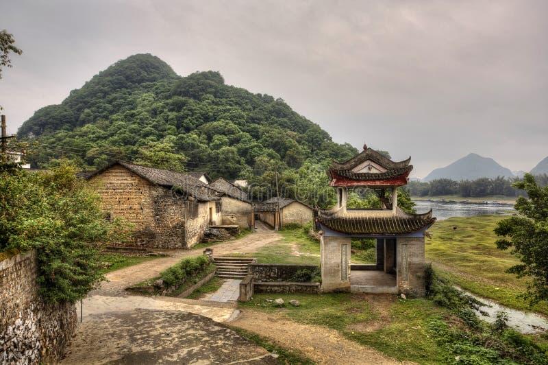 Pagoda de piedra del cenador en la entrada al pueblo de montaña, China rural foto de archivo libre de regalías