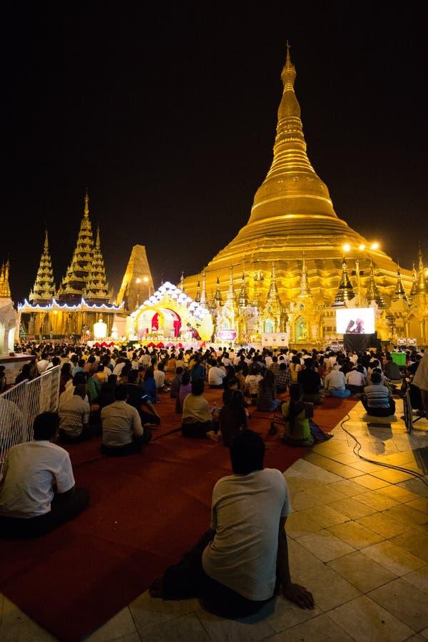 Pagoda de Shwedagon à Yangon pendant la nuit image libre de droits