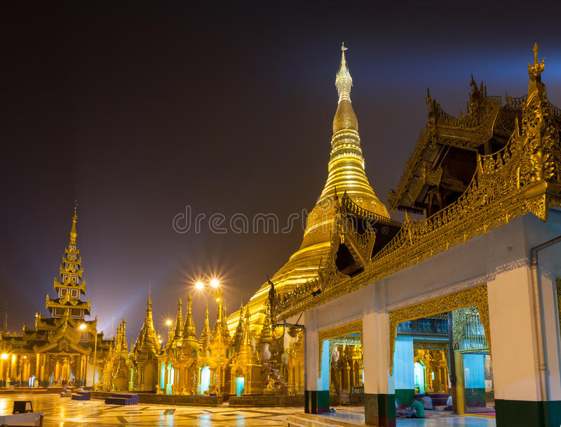 Pagoda de Shwedagon en la noche Rangún, Myanmar fotografía de archivo