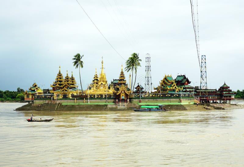 Pagoda de Shwedagon le point de repère iconique image stock