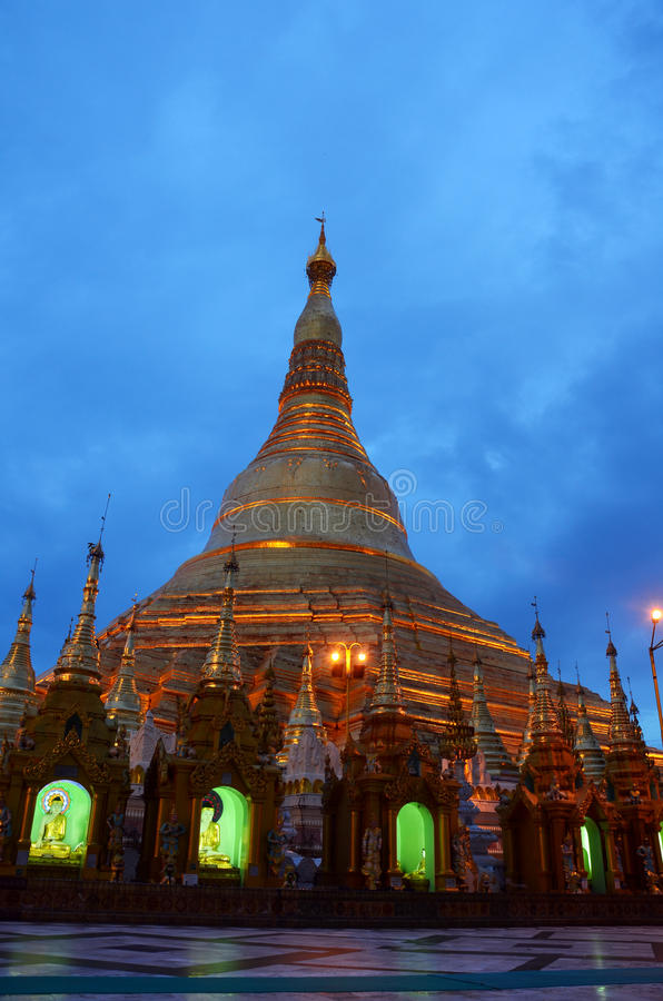 Pagoda de Shwedagon ou grande pagoda de Dagon à la nuit située à Yangon, Birmanie image stock