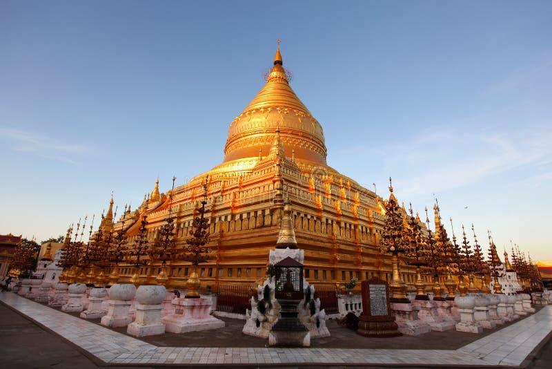 Pagoda de Shwezigon em Bagan, sunlit no por do sol fotografia de stock